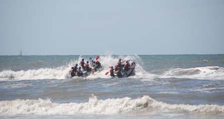 bedrijfsuitje op het strand organiseren, kom brandingraften