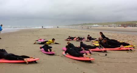 familie-uitje_op_het_strand_golfsurfen