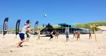 sportief bedrijfsuitjes volleybal op het strand organiseren
